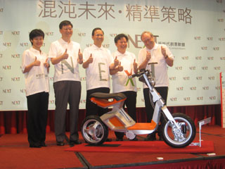 ITRI president Johnsee Lee (third from left), SYM president Huang Kuang-wuu, and Prof. Bill Mitchell of Media Lab, jointly unveil the RoboScooter.