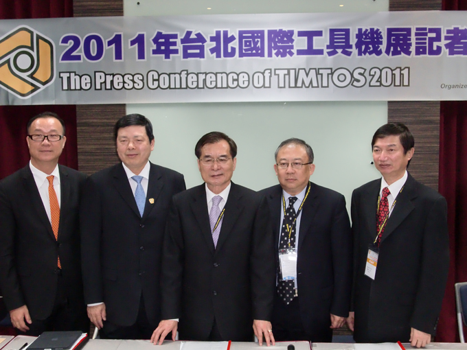"C.C. Wang (right): ""The volatility of cast iron and other raw materials prices will affect the export performance of the domestic machinery industry in the year to come."""