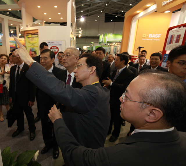 PIDA Chairman Shih (second from nearest) with Vice President Wu on the showgrounds.