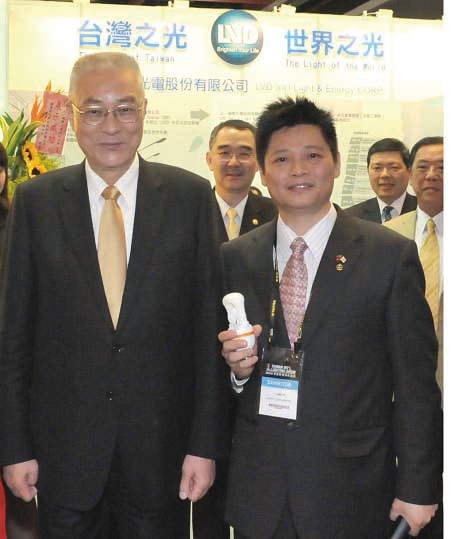 ROC Vice President Wu Dun-yi (left) poses for a photo with with Jack Chen, chairman of New Taipei City Lighting Association.