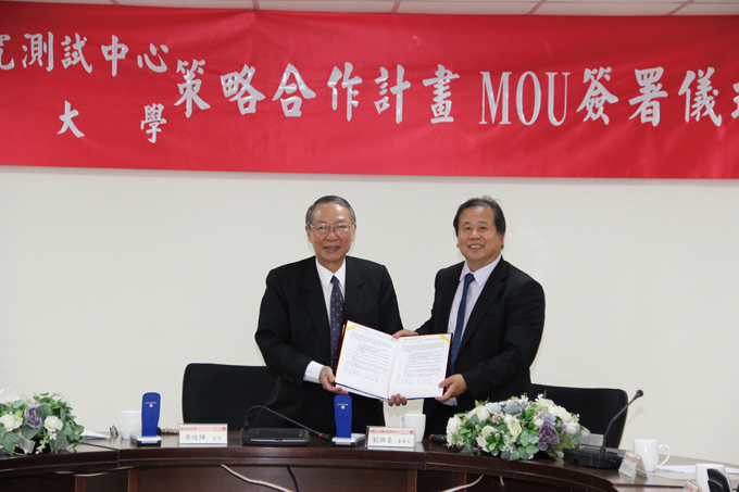 """H.T. Liu (right), ARTC chairman, and H.H. Huang, principal of NCKU, jointly signed the cooperation MOU for the """"Vehicle Visionary Technology Strategic Cooperation Plan""""."""