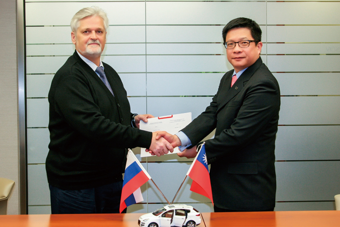 W.M. Wang (right), president of Yulon's branch office in Russia, shakes hands with Alexander Romanov, vice president of Derways Automobile after signing the cooperation agreement.