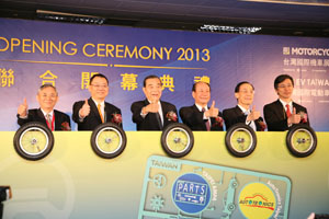 Economics Minister Chang Chia-juch (4th from left), TAITRA Chairman Wang Chih-kang (3rd from left), TEEMA Chairman Arthur Chiao (2nd from left), and other VIPs jointly open the four-in-one 2013 TAIPEI AMPA, AutoTronics Taipei, Motorcycle Taiwan, and EV Taiwan show.
