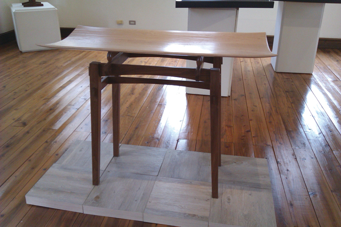 """The """"Entrance Table"""" is simple yet innovative, suitable for placing at an entrance or used as a decoration beside a wall."""
