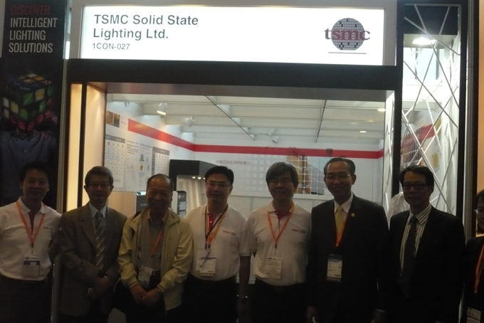 Chairman Steven Lin of the Taiwan Lighting Fixture Export Association (second from right), Managing Director Richard Sun of Taipei Trade Center Hong Kong (second from left), Director G.P. Chen (first from right), and Convener Yaw Wen of TLFEA (third from left) visited TSMC SSL booth.