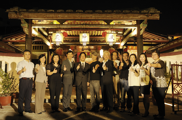 """Tainan City Mayor William Lai (5th left), Cultural Affairs Bureau Director Yeh Tze-shan (4th left), CCAF chairman Yao Cheng Chung (6th left), lighting designer Chuo Lien (6th right), and Pingtung County Magistrate Tsao Chi-hung (5th right) were among the dignitaries at the """"Temple of Light"""" inaugural ceremony."""