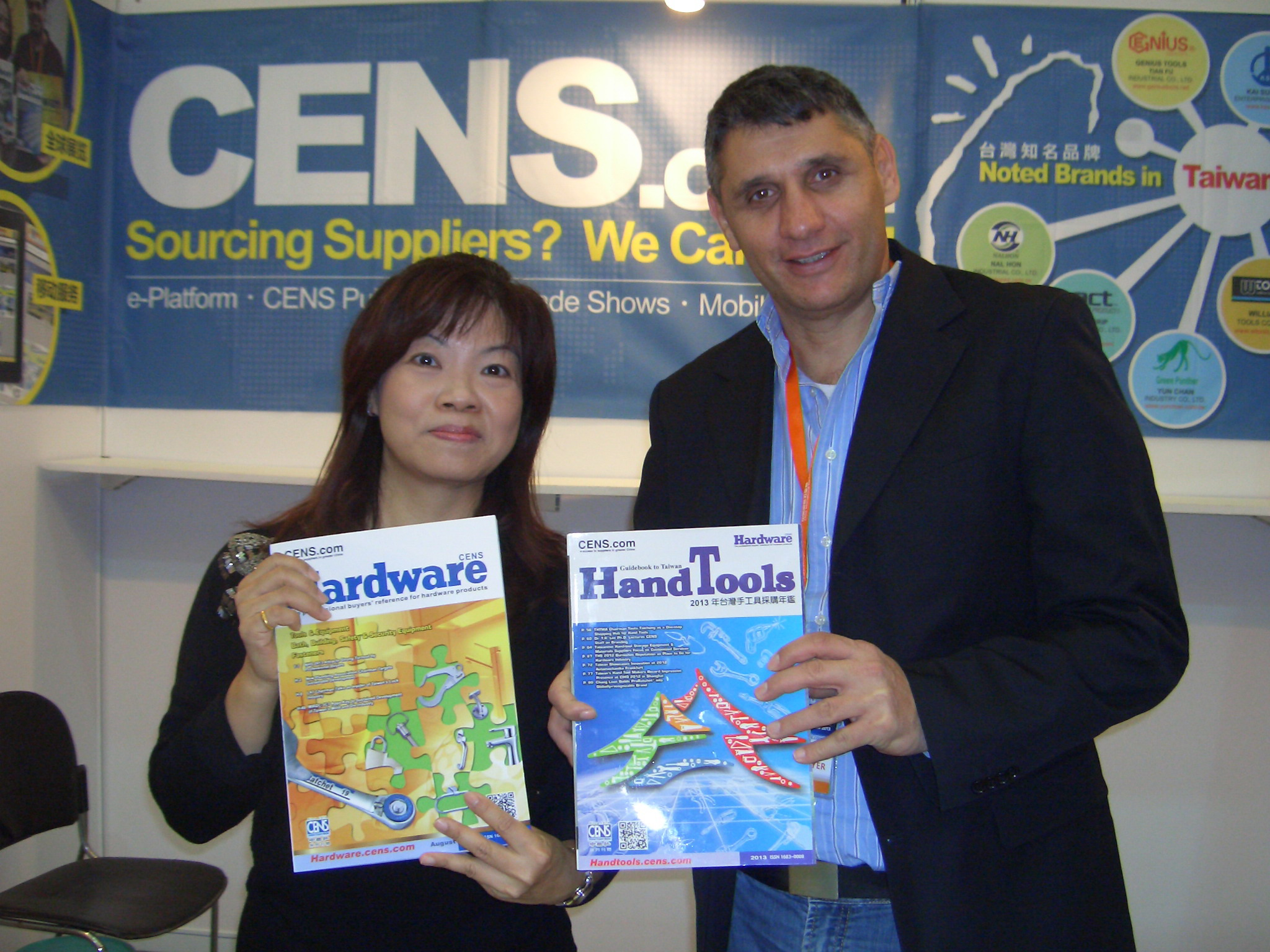 Foreign buyers at CIHS 2013 with CENS buyer guides.