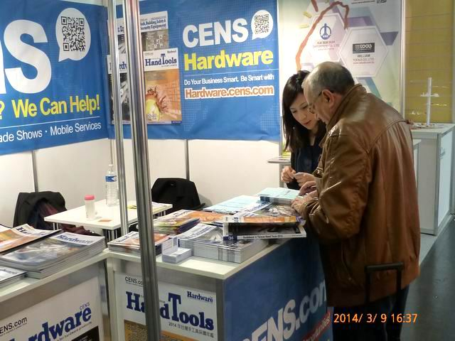 Buyers at CENS`s booth inquire about high-quality hardware products from Taiwan.