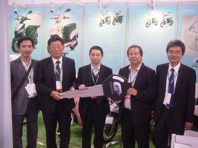 H.T. Liu (second from right) delivers the first five GreenTrans e-moving Super e-scooters to Macau Parking. (photo from CMC)