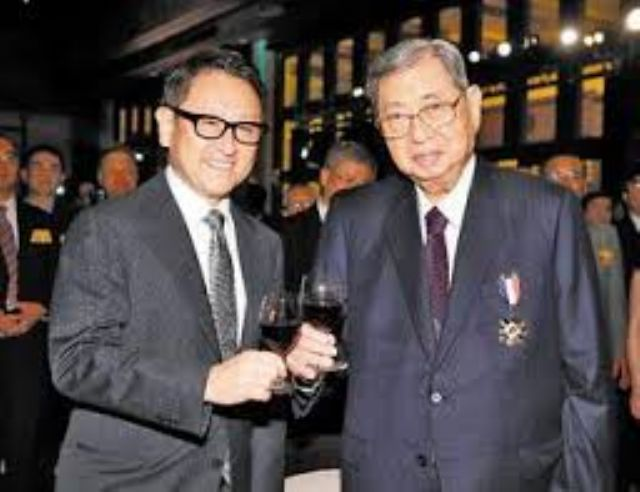 Akio Toyoda (left), president of Toyota Japan, and Kuozui's former chairman Su Yann-huei at Kuozui's 30th anniversary party.