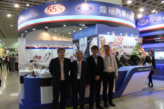 Roy Cho (third from left), president of Hwang Yu, with managers at 2014 Taipei AMPA's booth.