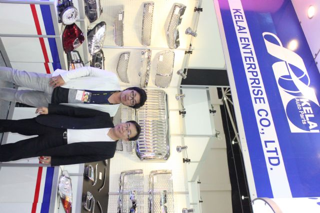 Kelai's general manager Tony Chen (right) and a Japanese customer at the company's booth at 2014 Taipei AMPA.