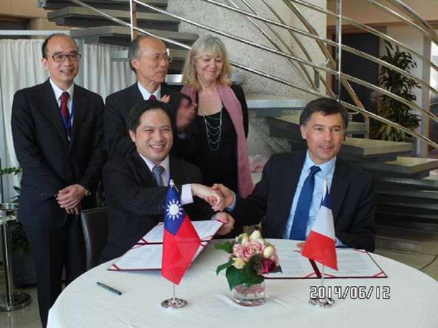 M.J. Wu (left), Director General of IDB, and Pascal Faure, Director of DGCIS, signed the meeting minutes.