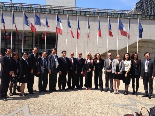 Participants at the 21st Taiwan-France Industrial Cooperation Consultation Meeting held in Paris, France, took a photo after the annual meeting. (photo from IDB)