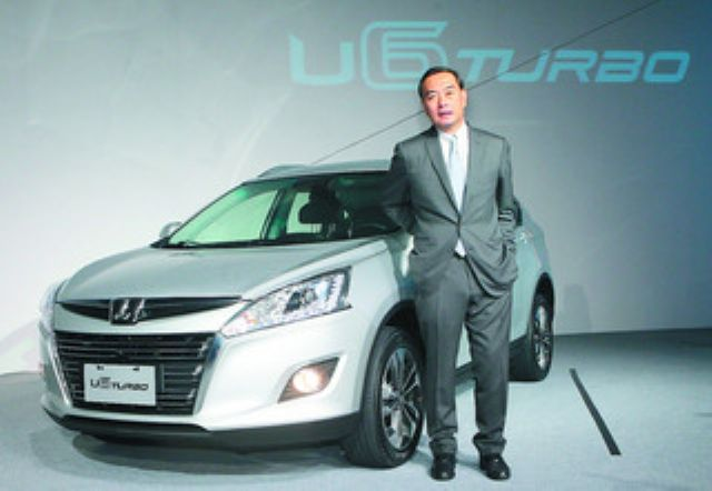 Yulon Group Chairman Kenneth Yen with Yulon's LUXGEN U6 crossover, which has been in strong demand in China since its launch. (Photo from UDN)