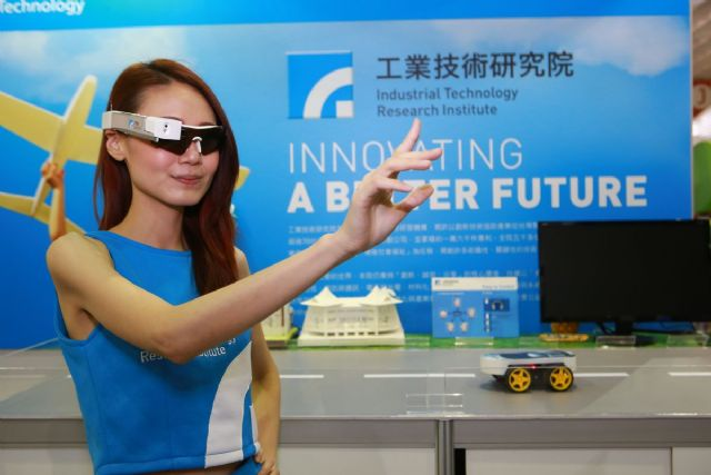 Gesture commands can extend the applications and convenience of ITRI's Smart Glass. The technology could be used for real-time video sharing, gesture recognition, and object recognition.