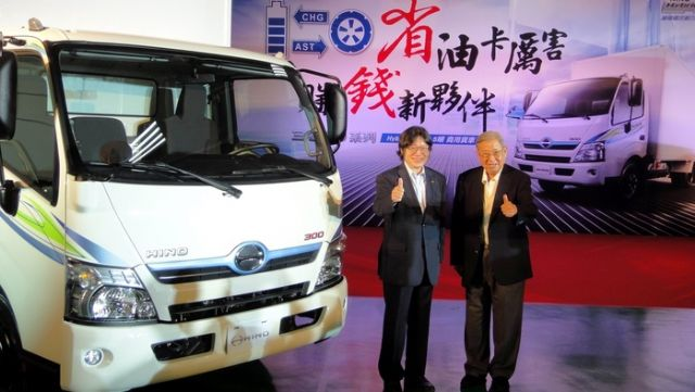 Su Yann-huei (right), founder and former chairman of Hotai, at  the launch of locally assembled Hino 300 hybrid truck in Taiwan. (photo from UDN)