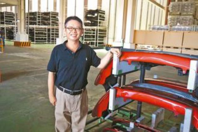 Crispin Wu, Tong Yang's president, introduces his company's Guanyin OE-parts factory. (photo from UDN)
