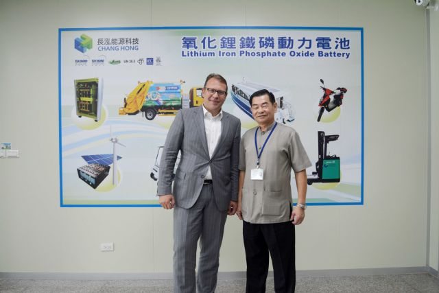 Chen and a foreign customer stand in front of Chang Hong's targeted production applications. (Photo from CENS)