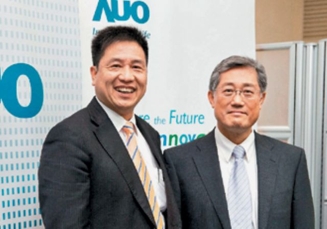 Paul Peng (left), president of, and K.Y. Lee, chairman of major Taiwanese TV-panel supplier AU Optronics Corp. (Photo from UDN)