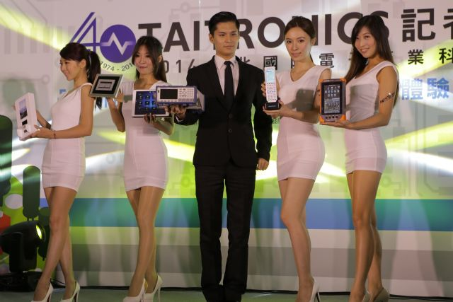Winning items displayed by models at the pre-show press conference (photo from TAITRA)