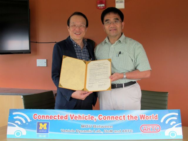ARTC president Joe Huang (left) signed a cooperation MOU with professor Huei Peng, Vehicle Dynamic Laboratory, University of Michigan, calling for joint efforts in the field of connected vehicle. (photo courtesy ARTC)