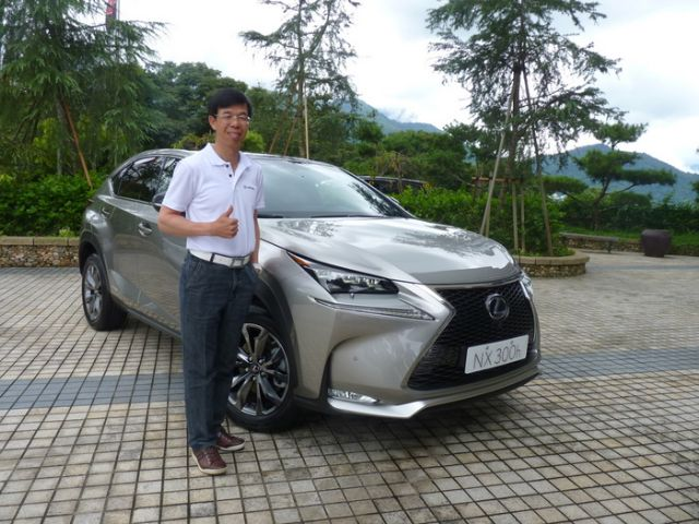 Wu Chia-yen, sales chief of Hotai's Lexus brand operation, introduces the newly imported Lexus NX 300h medium SUV to the local media. (photo from UDN)