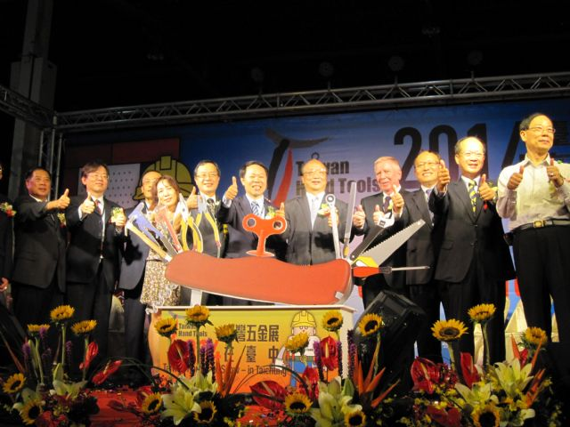 Taichung Major Janson Hu (fifth from right), THTMA Chairman Arthur Wu (sixth right), and other VIPs kick off 2014 THS.