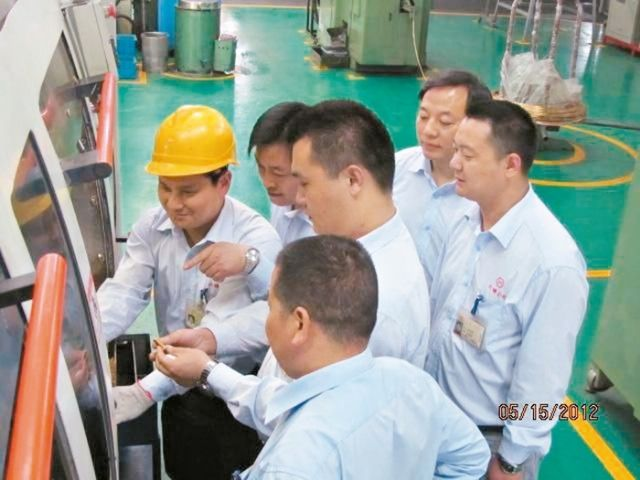 Engineers and technicians at Luhai's modern and integrated tire-valve production line. (Photo from UDN)