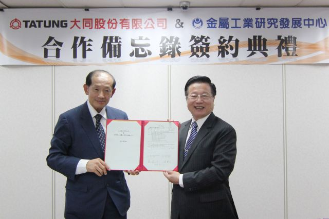 Tatung chairman, W.S. Lin (left), and MIRDC chairman, C.C. Huang, signs the MOU.