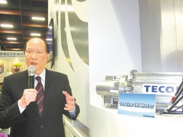 Teco President C.K. Liu introduces his group's EV motor at the 2014 Taipei Int'l Auto Parts & Accessories Show. (Photo from UDN)