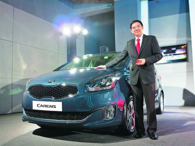 A senior Sime Darby official introduces the new Kia Carens, which is expected to be launched in Taiwan soon. (photo from UDN)