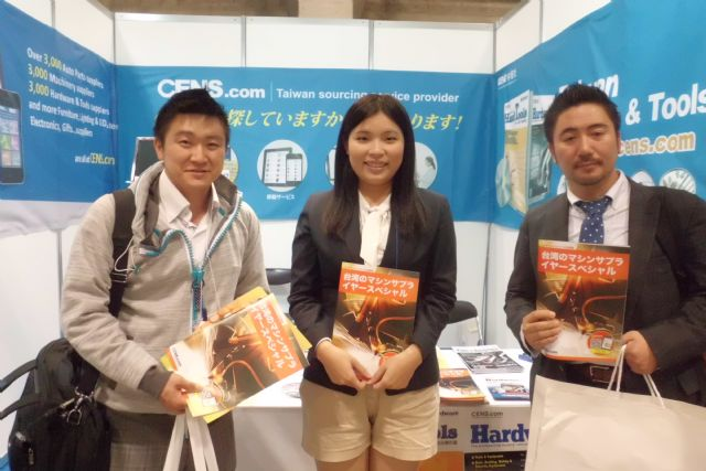 CENS representative (center) with visitors at Tool Japan.