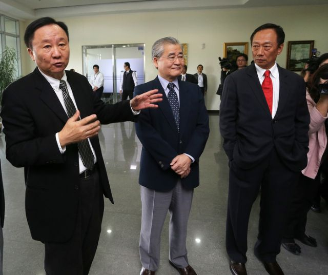 Duan Xinjian, chairman of Taiwan's largest TFT-LCD panel maker (left) and Terry Guo, chairman of the Hon Hai Group (right). (photo from UDN)
