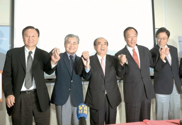 Terry Guo (second from right), chairman of Hon Hai Group; Duan Xin-jian (fifth), chairman of Innolux, and government officials at the 6G LTSP panel plant LOI signing ceremony. (photo from UDN)