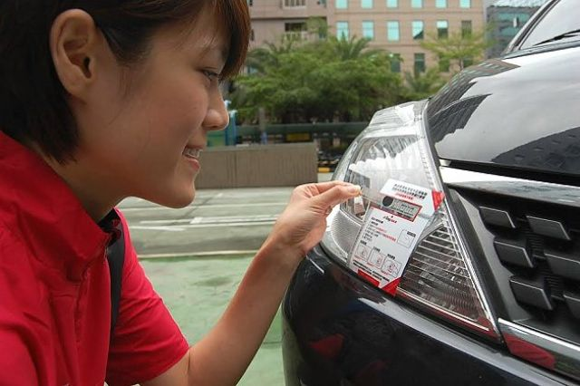 More than 80% of cars, trucks and buses in Taiwan have tiny  eTags to enable nationwide freeway electronic toll collection. (photo from UDN)