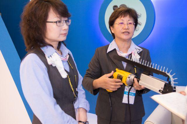 Yu introduces Ray Fu's brand new nail gun.