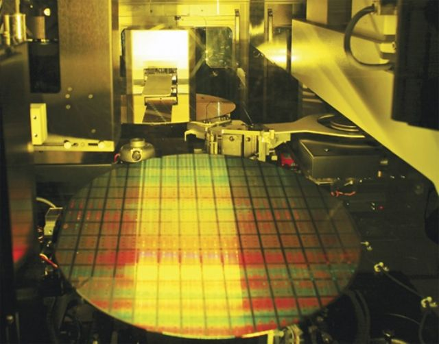 Growing self-manufacturing of capital equipment by local semiconductor makers drives Taiwan's GDP in Q4, 2014. (photo from the Internet)