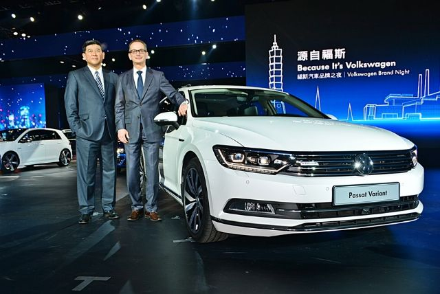 Su Weiming (left), executive vice president of Volkswagen, and Volkswagen's Greater China and Southeast Asian operations, and Bernd Hoffmann (right), president of Volkswagen Taiwan, announce the inauguration of the wholly-owned Taiwanese subsidiary. (photo from UDN)