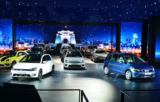 """To show Volkswagen's determination to build bigger presence in Taiwan, the group held the """"Volkswagen Night"""" at the plaza of the National Chiang Kai-shek Memorial Hall to showcase more than 20 late Volkswagen models. (photo from UDN)"""