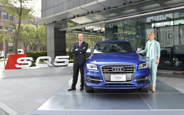 Ryan Searle (right), president of Audi Taiwan, the wholly-owned subsidiary of the German automaker, and Angelika Hilger, marketing director, introduce the new Audi SQ5 sport utility vehicle to local media. (photo from UDN)