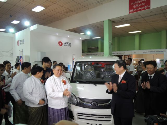 VIPs visit CMC's booth in 2014 to see the Veryca commercial vehicle. (photo from TAITRA).