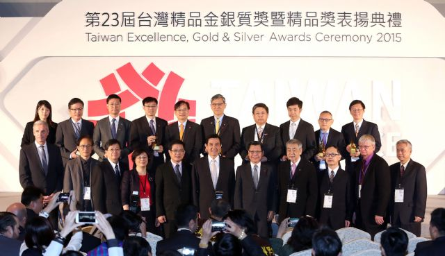 Taiwan's President Ma Ying-jeou (front row, center) with the 2015 Taiwan Excellence Gold Award winners and other VIPs. (Photo from TAITRA)