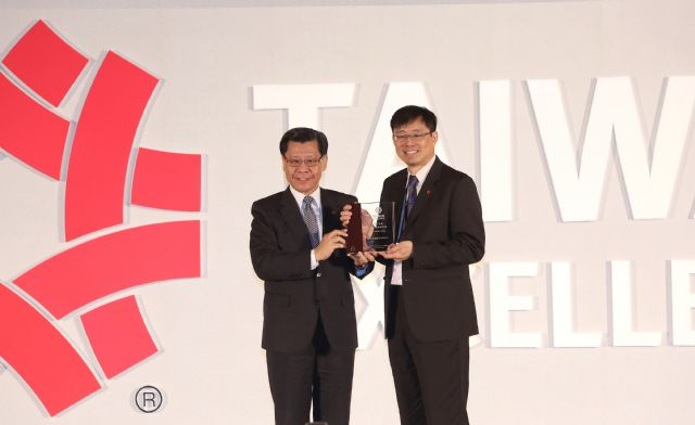 TAITRA's chairman Liang Kuo-hsin (left) presented the 2015 Taiwan Excellent Special Award to S.Y. Hsu, global vice president of Asus, which won the highest number of awards by a single company in this year's contest. (Photo from TAITRA).