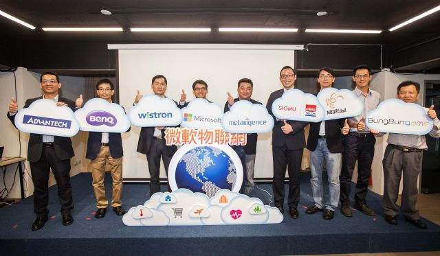 Roan Kang (fourth from left), General Manager, Marketing and Operating Organization, Microsoft Taiwan, with representatives of Azure IoT suite customers and partners. (photo from Microsoft Taiwan)