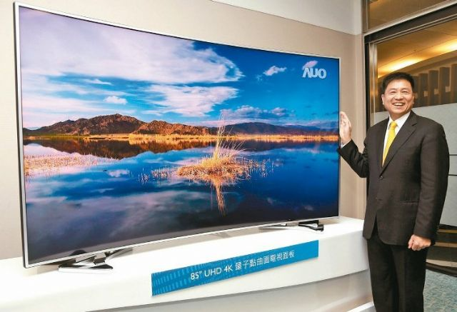 Paul Peng, AUO's president, introduces an 85-inch 4K LCD TV panel. (photo from UDN)