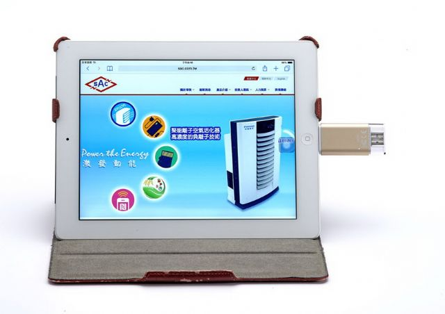 The flash disk has a USB and 8-pin port for backing up and transferring files among Apple's gadgets.