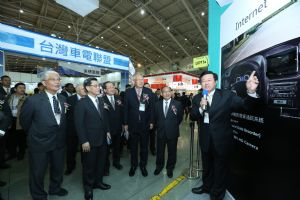 TAITRA chairman Francis Liang (second from left)  tours the show at TWTC Nangang Exhibition Hall with other VIPs.