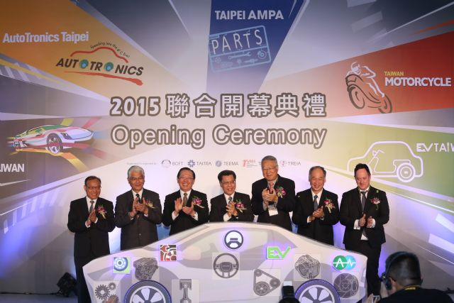 BOFT deputy director general David Hsu (3rd from left), TAITRA chairman Francis Liang (center), TEEMA chairman T.C. Kuo (3rd from right), TTVMA committee chairman Juang Jan-pei (2nd, right), and other VIPs open the 5-in-1 mega show.