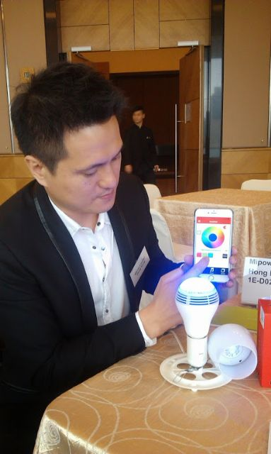 Mipow's global marketing director, Sunny Ng, demonstrates the smartphone-controlled PLAYBULB Color LED speaker-bulb.